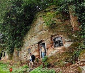 Rumah Batu bukan hanya dimiliki orang jaman purba. Di zaman modern ini ...